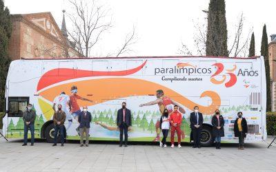 El autobús 25 aniversario del Comité Paralímpico Español recorre las calles de Alcalá de Henares