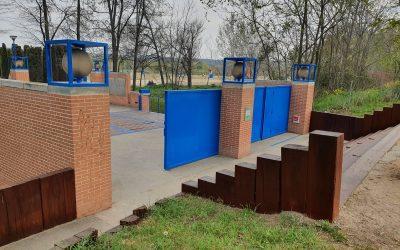 La Concejalía de Obras renueva y acondiciona el mobiliario urbano de los parques de Isla del Colegio y Sementales