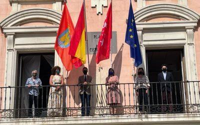En la fachada del Ayuntamiento de Alcalá ya ondea la Bandera Europea