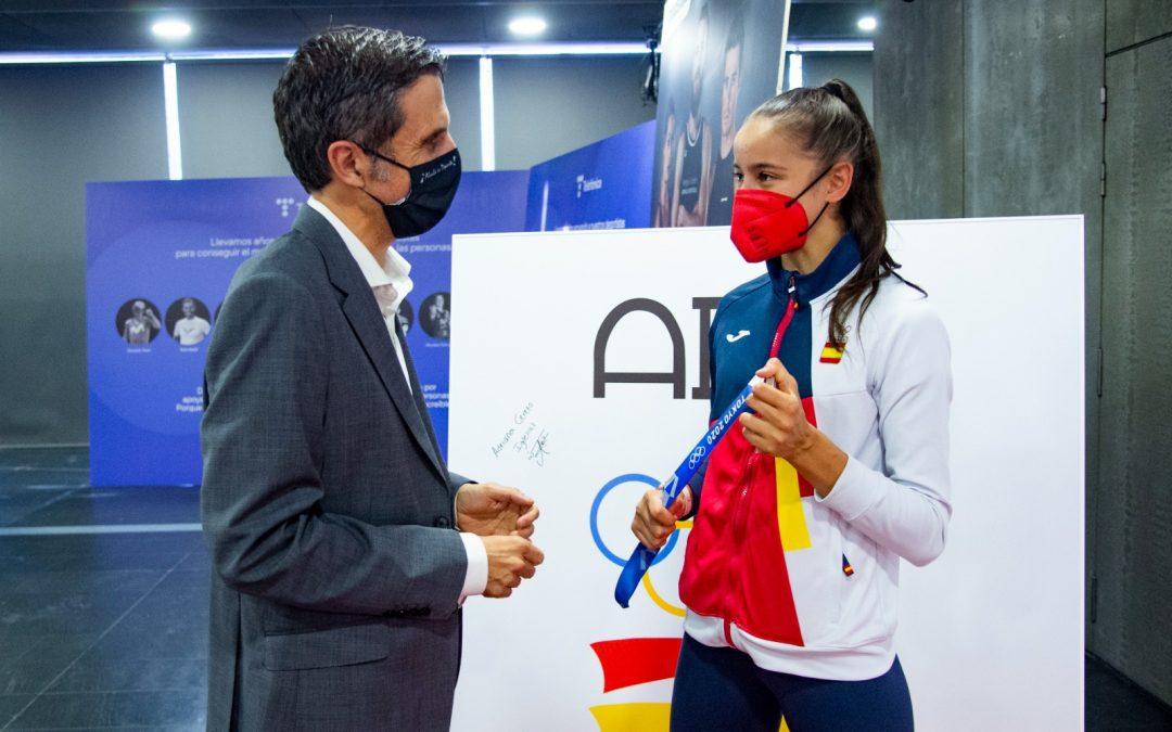 El alcalde Javier Rodríguez Palacios acompaña a Adriana Cerezo y David Valero en el recibimiento del COE por sus medallas olímpicas
