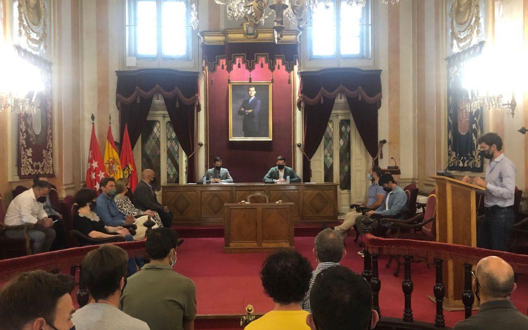 El alcalde Javier Rodríguez Palacios recibe en el Ayuntamiento a deportistas del Ajalkalá y CB Alcalá