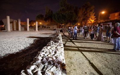 """""""Patrimonio a la luz de la luna"""" ofreció anoche la visita guiada nocturna a la ciudad romana de Complutum"""