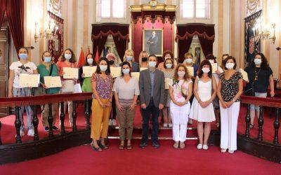 """El alcalde Javier Rodríguez Palacios entrega los diplomas a las mujeres participantes en el programa """"Empléate desde la Igualdad"""""""